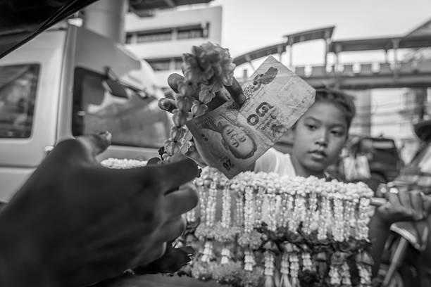thailändische blumengirlande mädchen, verkauf touristen - jagd kranz stock-fotos und bilder