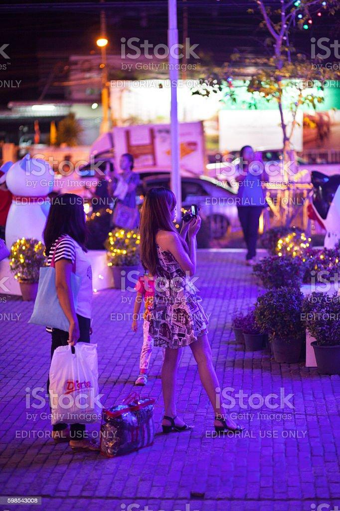 Thai girls im blue neon lights at xmas days photo libre de droits