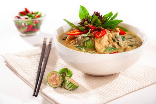 Grünem Thai-Curry mit Huhn mit modernem Styling – Foto