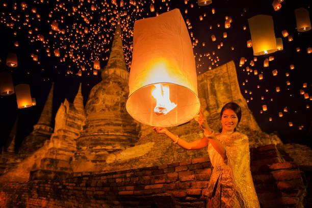 desfrute de dama tailandesa yeepeng festival, na tailândia - sukhothai - fotografias e filmes do acervo