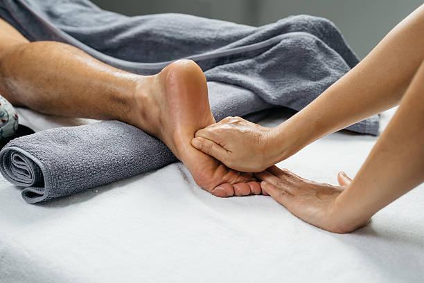 massaggio thailandese serie: massaggio piedi e gambe - riflessologia foto e immagini stock