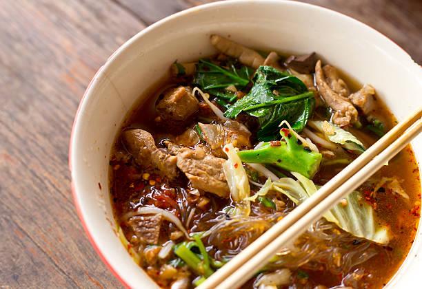 thai-nudeln - schnelle suppen stock-fotos und bilder