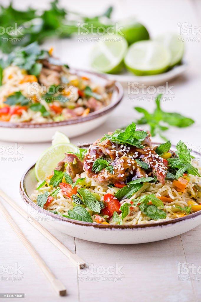 Thai Noodles With Pork And Vegetables photo libre de droits
