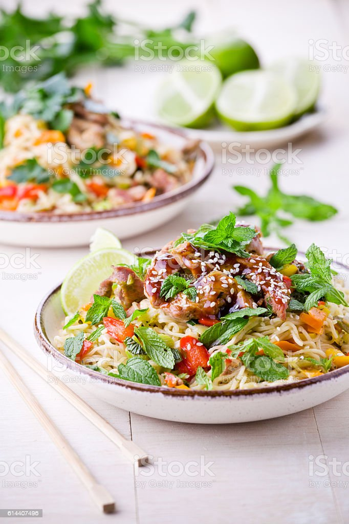 Thai Noodles With Pork And Vegetables - foto de acervo