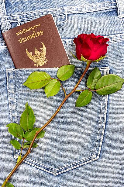 thai-passport in jeans tasche - liebesbeweis für ihn stock-fotos und bilder