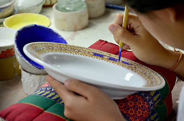 thais woking prozess farbe keramik benjarong ist traditiona - bemalte tontöpfe stock-fotos und bilder