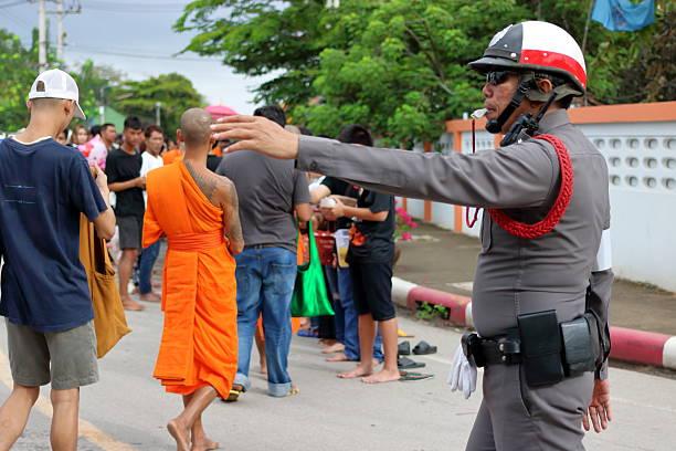 thai police support people and buddhist monks - feliz dia del policia fotografías e imágenes de stock