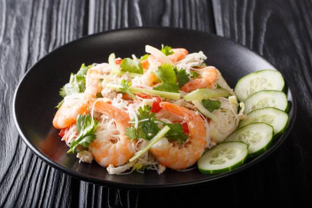 thai rezept yum woon sen salat mit garnelen, schweinefleisch und gemüse nahaufnahme auf einem teller. horizontal - erdnusssalatdressings stock-fotos und bilder