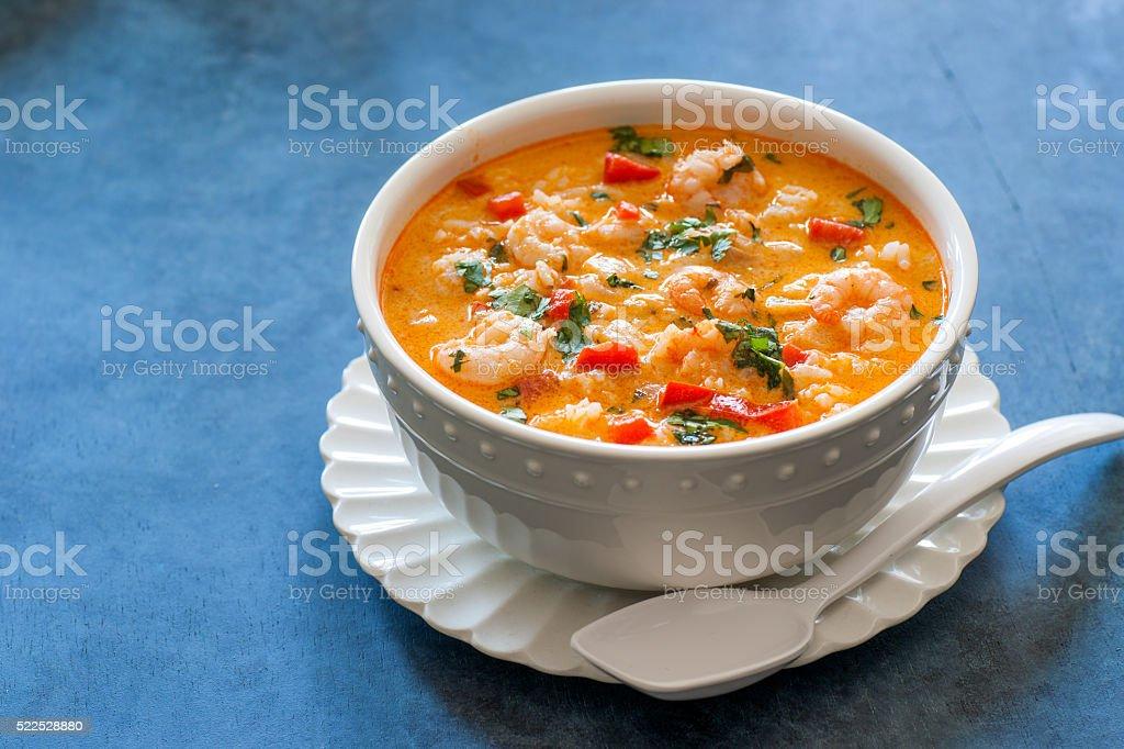 Rotes Thai-Curry-Sauce und Kokos-Suppe mit Garnelen – Foto