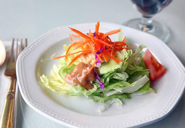 thai-salat - erdnusssalatdressings stock-fotos und bilder