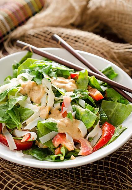 thai-salat mit reisnudeln, spinat und erdnuss-sauce - erdnusssalatdressings stock-fotos und bilder