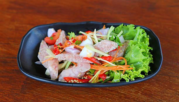 thai saures schweinefleisch wurst-salat. - moo stock-fotos und bilder