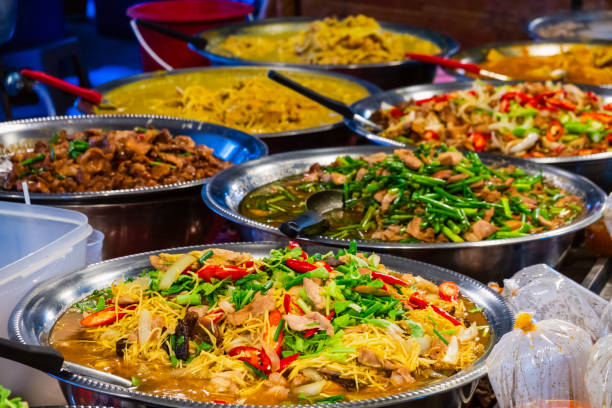 thai street foodleverancier in bangkok, thailand - thai food stockfoto's en -beelden