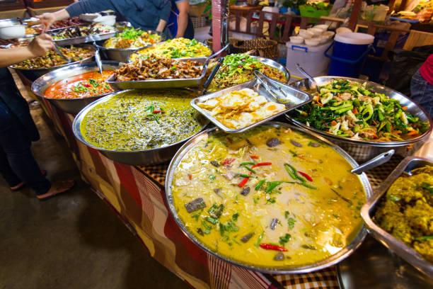 thai street lebensmittel stil thai lebensmittel reis und curry am markt. - streetfood stock-fotos und bilder