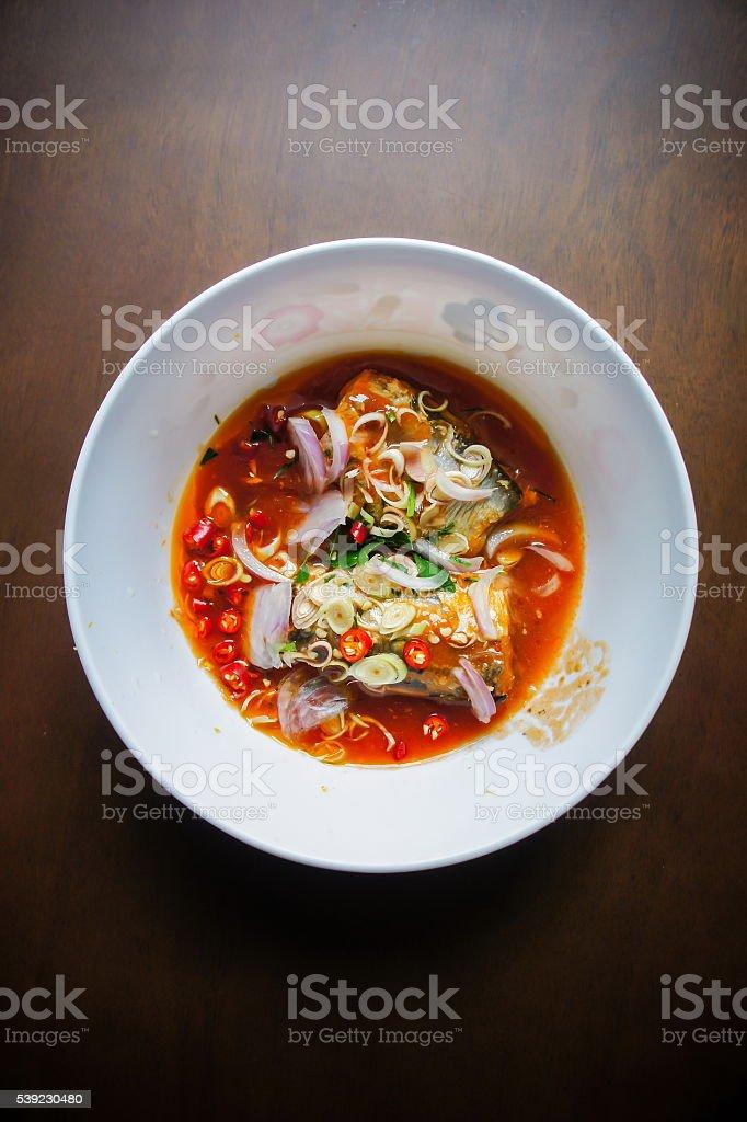Caballa ensalada picante estilo tailandés, salsas con el cilantro. foto de stock libre de derechos