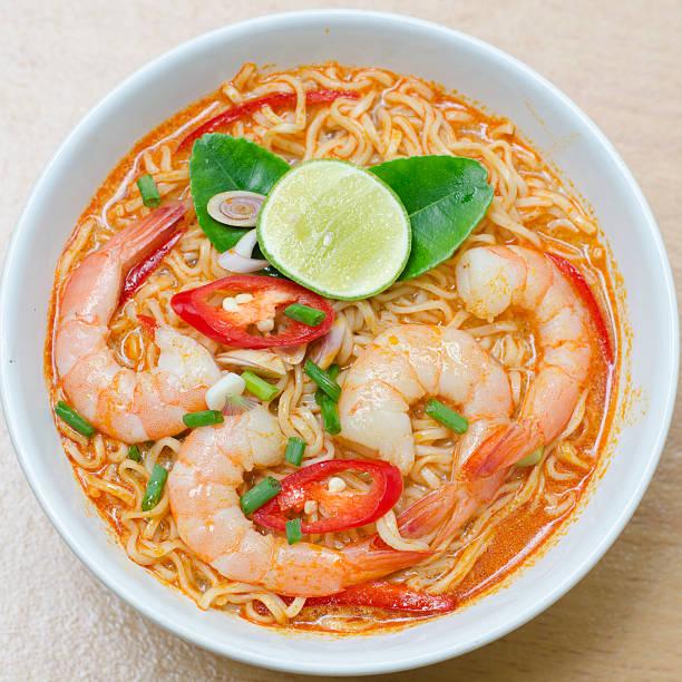 thai-nudeln, tom yum kung - schnelle suppen stock-fotos und bilder