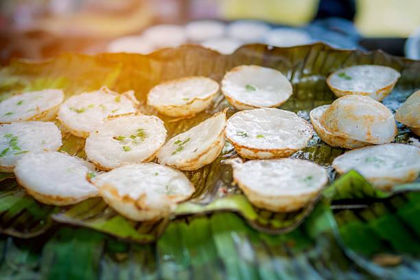 "thai sweetmeat on dirty pan, thai style call ""khanom khrok"" - kokoskuchen stock-fotos und bilder"