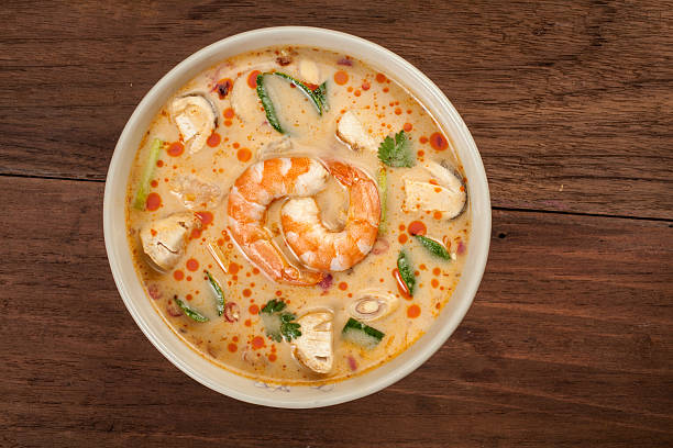 thai tom yum soup with shrimp - laos lebensmittel stock-fotos und bilder