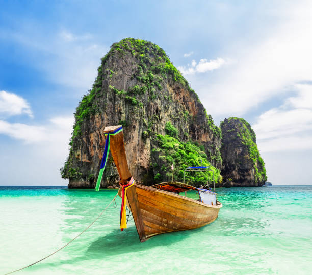 Thai traditionelle Holz Langschwanzboot und schönen Sandstrand. – Foto