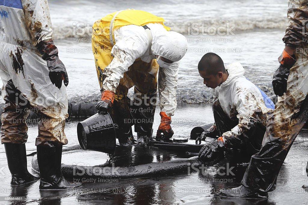 Thailändische Freiwillige haben sich gereinigt Öl Schmutz – Foto