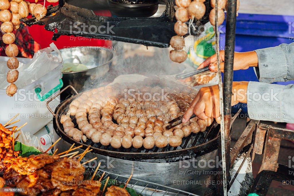 Thai woman cooks meatballs foto royalty-free