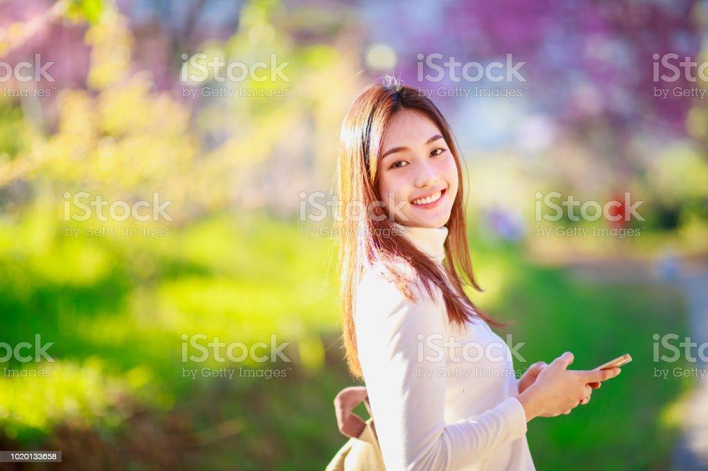 電話を使用してタイの女性 ストックフォト
