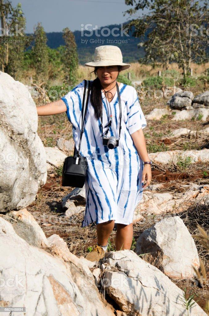 Thai women people travel and posing with stone garden at Suan Hin Pha Ngam Lizenzfreies stock-foto