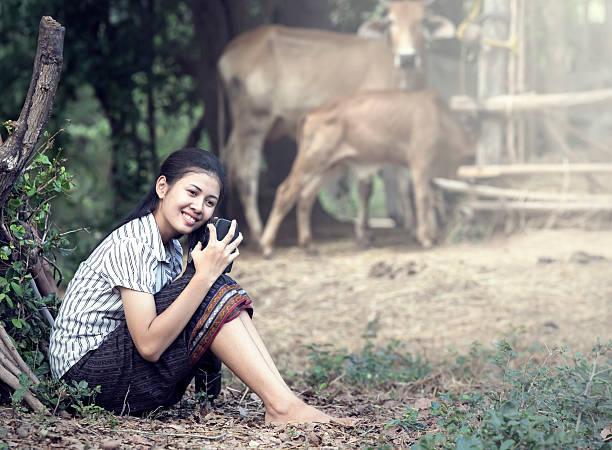 thailändische junge frau holding radio in der farm - radio kultur stock-fotos und bilder