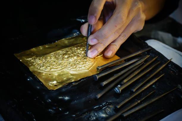 thailand craftsman gold making in sukhothai - acquaforte foto e immagini stock