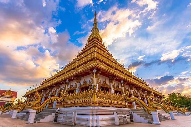 thailand golden tempel thai-buddha gebäude, khonkaen thailand blick auf die städte - goldener tempel stock-fotos und bilder