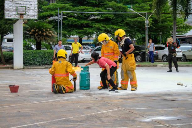 Tailândia: Sep 18, 2019:P eoples preparação para a broca de fogo e treinamento para usar um tanque de segurança contra incêndios no hospital. Udonthani, Tailândia. - foto de acervo