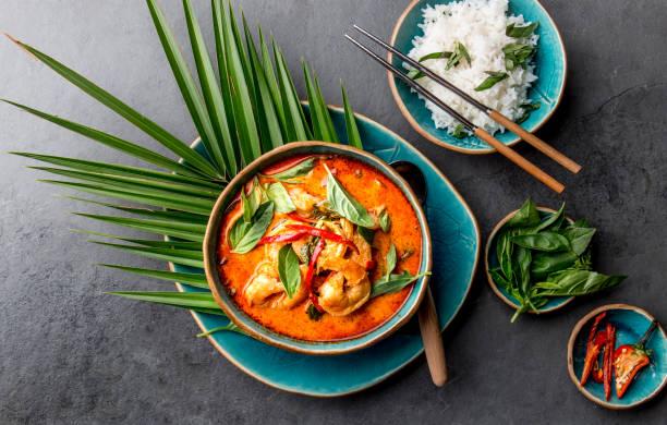 tailandês camarão vermelho curry. tailândia tradição tailandesa sopa de curry vermelho com camarões camarões e leite de coco. caril de panaeng na placa azul no fundo cinzento - caril - fotografias e filmes do acervo