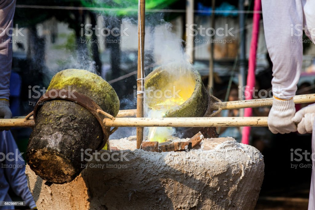 Thailand tradition Pour Burning Liquid Gold for Buddha Statue foto de stock royalty-free