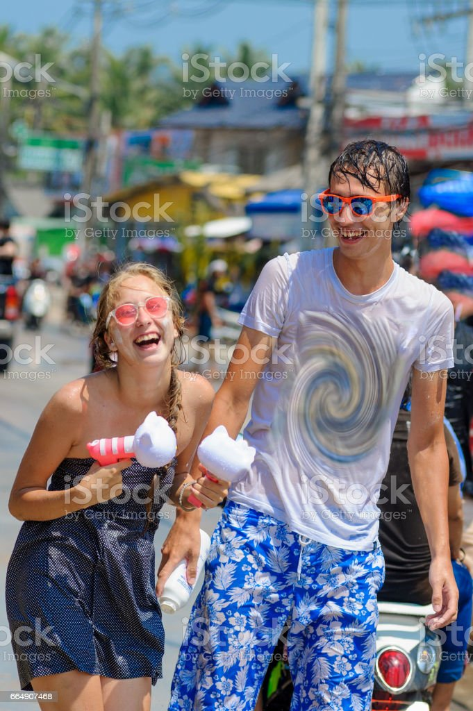 Thais and tourists shooting water guns, pour water on each other, having fun at Songkran festival, the traditional Thai New Year foto stock royalty-free