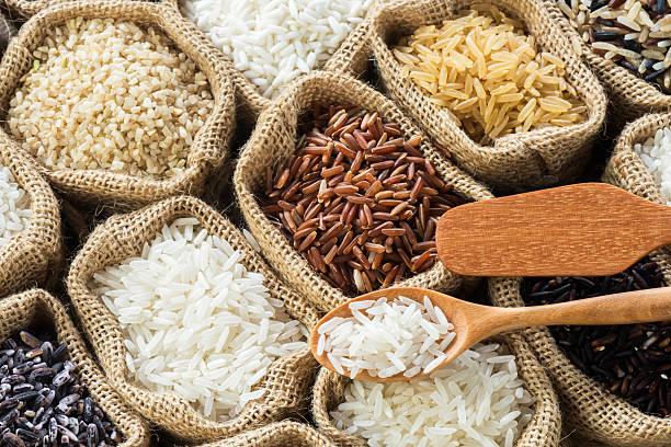thai de arroz colección en bolsa de arpillera - arroz comida básica fotografías e imágenes de stock