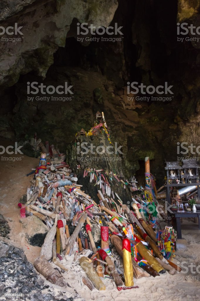 Tham Phra Nang-grottan - Royaltyfri Berg Bildbanksbilder