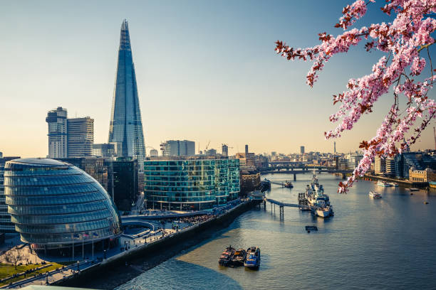 thames en londen city op voorjaar - shard london bridge stockfoto's en -beelden
