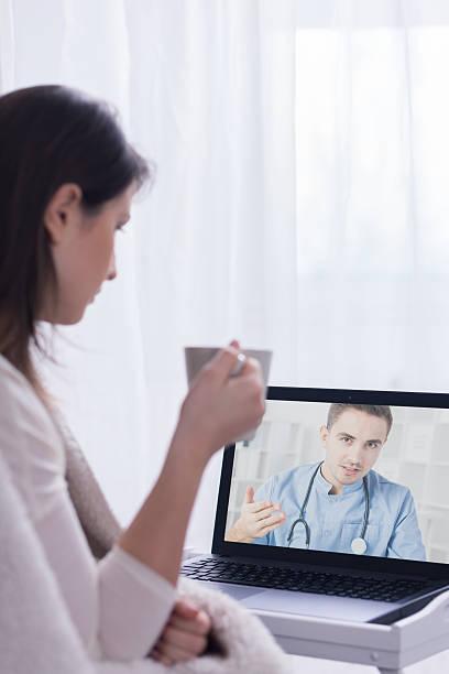 graças a deus para o skype médico - skype imagens e fotografias de stock