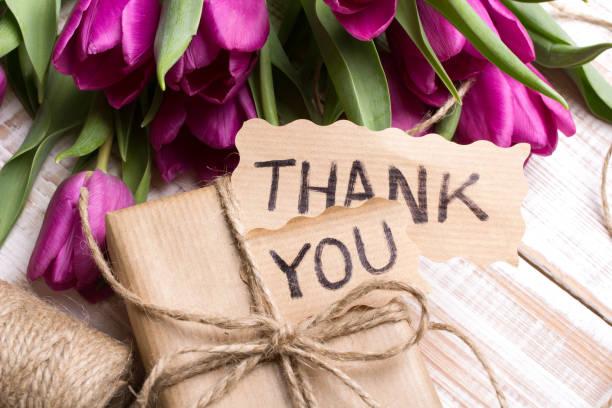 """""""thank you""""-karte, geschenk-box und tulip bouquet auf weißem holz hintergrund - schöne englische wörter stock-fotos und bilder"""