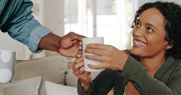 gracias, amor - happy couple sharing a cup of coffee fotografías e imágenes de stock
