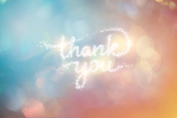 renkli arka plan ile parlak konfeti tarafından oluşturulan teşekkür i̇fadesi - thank you background stok fotoğraflar ve resimler