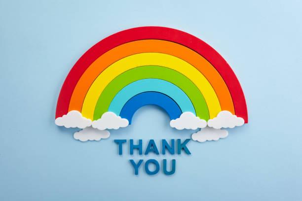 Danke Regenbogen-Banner. Regenbogen ob blauen Hintergrund mit Buchstaben – Foto