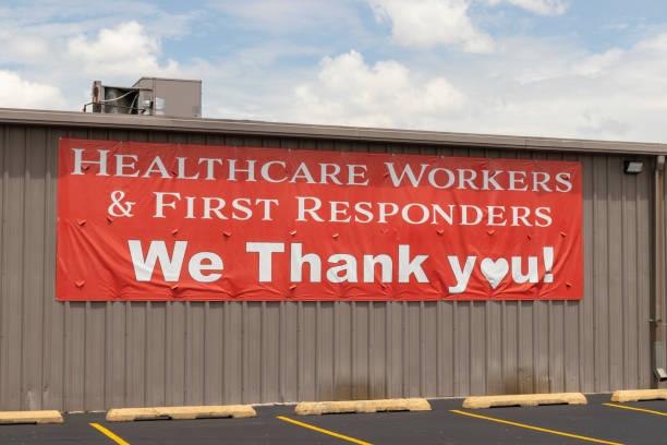 thank you sign for healthcare workers and first responders. - first responders zdjęcia i obrazy z banku zdjęć