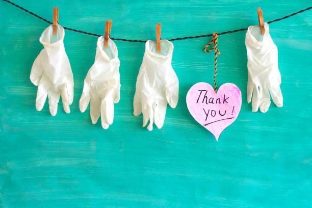 Danke an Die Mitarbeiter im Gesundheitswesen, danke, medizinische Handschuhe und ein Herzsymbol,covid-19, Corona-Virus – Foto