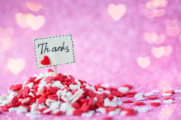 感謝文本組成在船上堆紅色和白色的心在粉紅色的背景。情人節概念。 - thank you background 個照片及圖片檔