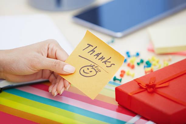 danke-text auf klebezettel - geburtstag vergessen stock-fotos und bilder
