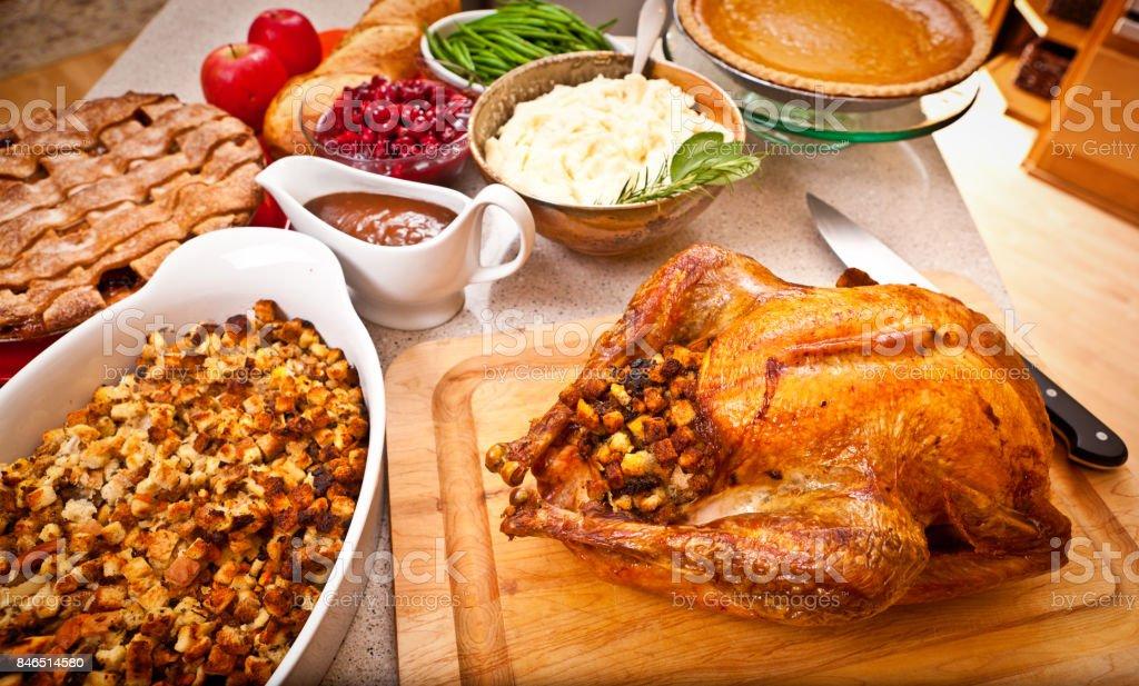 Ação de Graças e Natal jantar com peru assado e acompanhamentos - foto de acervo