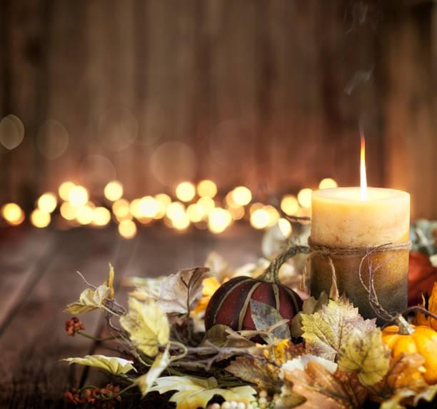 thanksgiving herbst ernte kürbis kranz und kerze auf einem alten hölzernen hintergrund - herbst kerzen stock-fotos und bilder