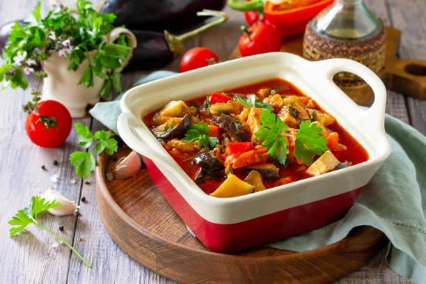 추수 감사절 가을 메뉴입니다. 추수 감사절 가을 메뉴입니다. 소박한 식탁에 가지와 가지 채소를 곁들인 고기 조림. 복사 공간 스톡 사진