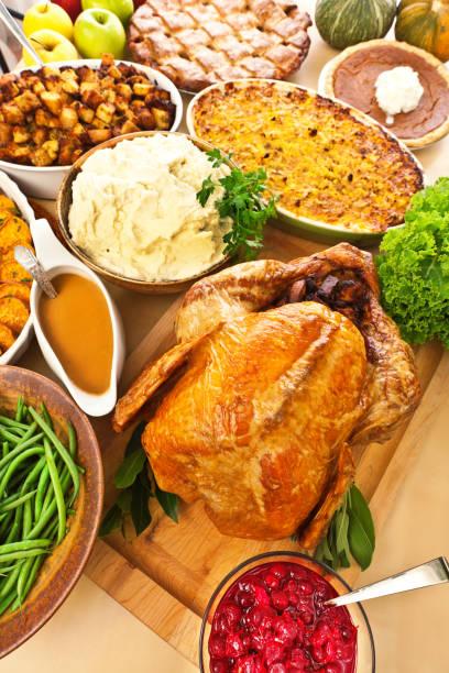 thanksgiving braten türkei weihnachtsessen mit beilagen - aufstrich weihnachten stock-fotos und bilder